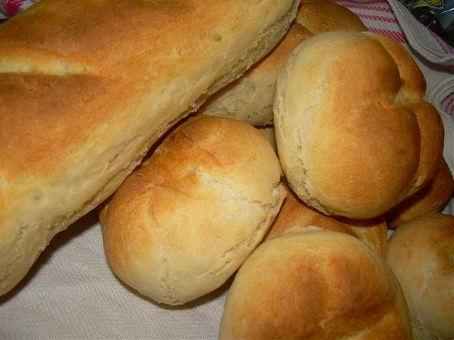 Vitt bröd, på mjöl, salt, jäst och vatten. Kan göras som 30 kuvertbröd, 10 baugetter eller 2 formbröd.