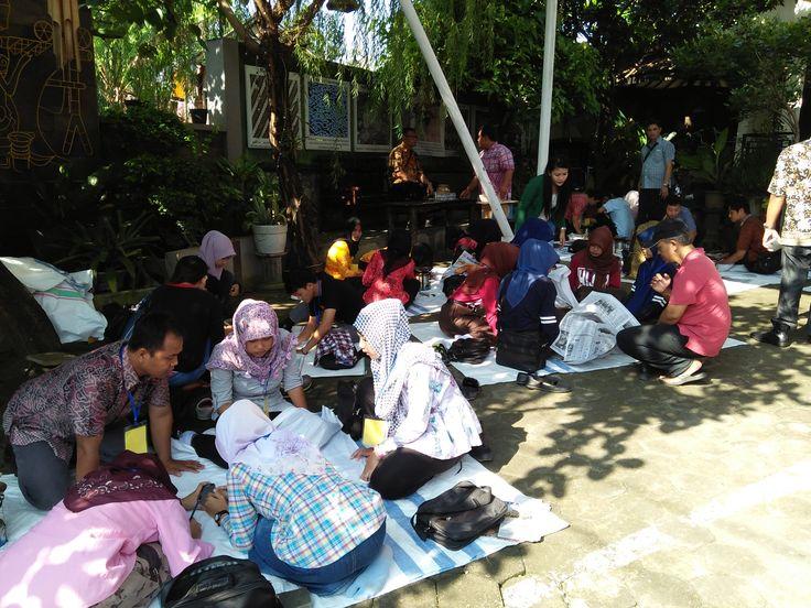Proses Membatik di Halaman Depan Showroom Griya Batik Mas