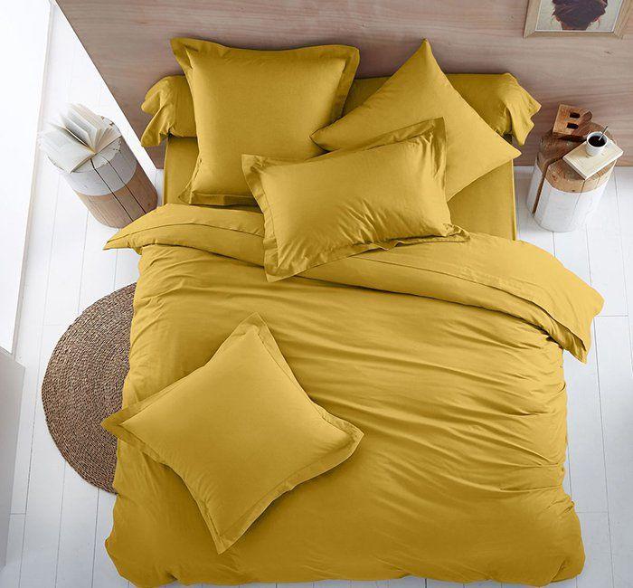 Housse couette jaune curry La Redoute Intérieurs, chambre curry avec tapis végéal sur Marie Claire Maison, Adoptez la couleur jaune curry pour épicer votre déco.