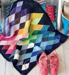 Tæppet med romber er hæklet af gamle garnresten og giver et flot farvespil.
