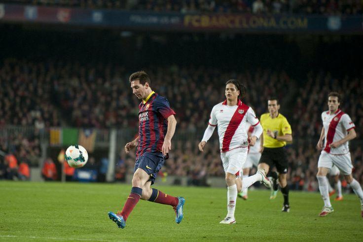 Messi pica el balón para marcar el 2-0