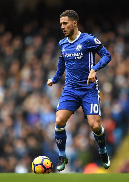 Eden Hazard of Chelsea in action during the Premier League match between Manchester City and Chelsea at Etihad Stadium on December 3, 2016 in Manchester, England.