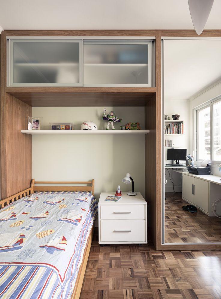 Quarto de criança no estilo clean. RABISCO ARQUITETURA. #quarto #criança #infantil #bebe #menina #menino #criativo #colorido #berçario #decoração #madeira #cama #brinquedo #papeldeparede #parede #wallpaper #bancada #branco #delicado #design #decorado #textura #gesso #eames #eame #boy #pelucia #toy #kids #child #children #brother #son #filho #bedroom #bed #vidro #lamp #luminaria #clean #decore #swan #cadeira #glass #espelho #armário