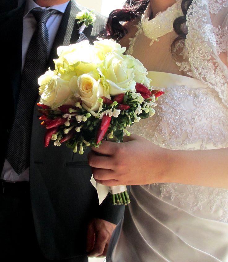 Piccante bouquet da sposa con rose e peperoncino  rosso www.dimefiori.com