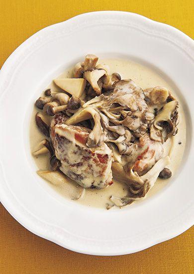 早いもので、もう11月も半ば。今日はフレンチの煮込み料理「白い煮込み」で、冷えた体を温めてください。炒めた鶏肉と数種類のきのこにソース・ベシャメルと玉ねぎを合わせた、煮込み料理にもぴったりの「ソース・スービーズ」を加えた一皿です。 「ル・マ