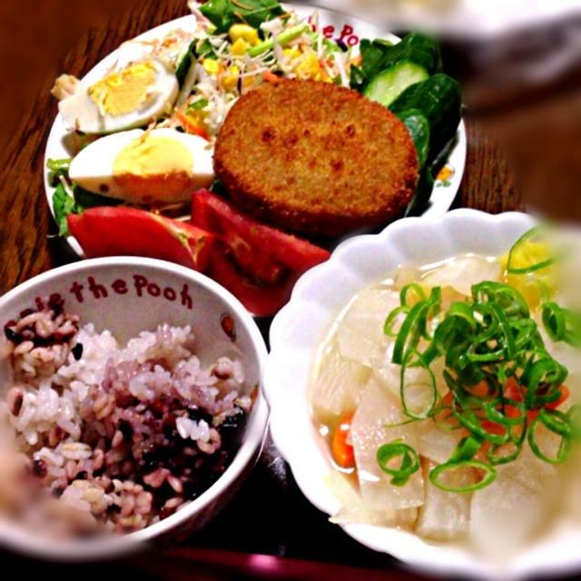 冷凍コロッケ フォースープ イオンのサラダ  帰るのが遅くなったので、 簡単チンご飯*\(^o^)/* - 38件のもぐもぐ - コロッケ定食 by ayamen