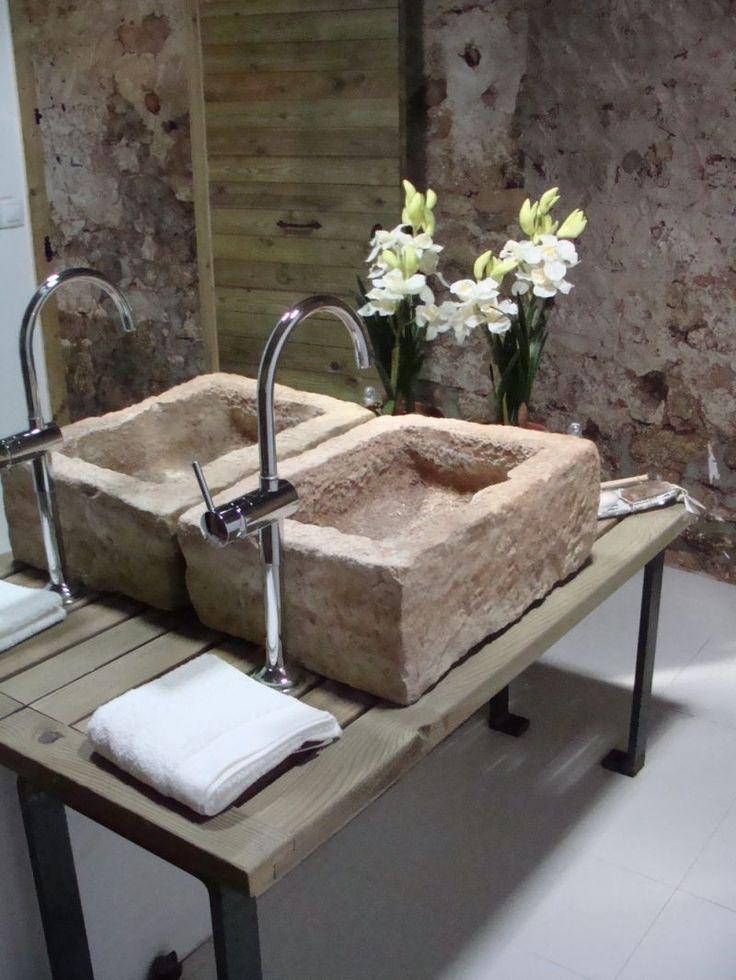 Imagen Baño El baño dispone de dos inodoros,una ducha y una original pica de piedra como lavabo: un antiguo comedero de gallinas.No dipone de bañera, ya que el ahorro de agua es esencial en esta zona.