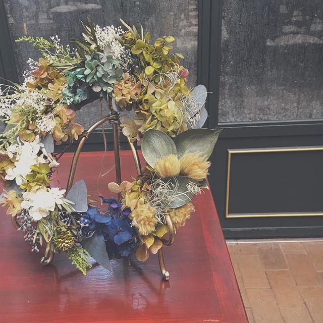 チャペル装花は両サイドにリース、最後にご両親様へプレゼント。花嫁さまのアイディア  #wedding #wreath #flowers #リース #チャペル装花