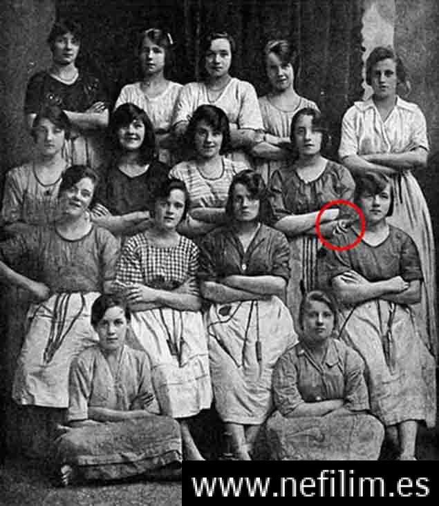 Periódico irlandés revela una mano espeluznante en una vieja fotografía