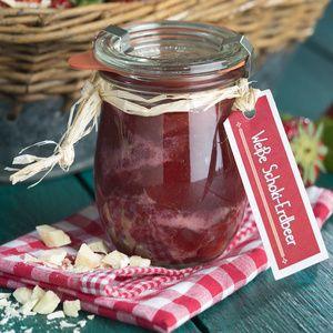 Erdbeeren waschen und in kleine Stücke schneiden. 950g abwiegen. Schokolade hacken. Erdbeeren und Gelierzucker in einem großen Topf mischen....
