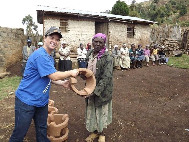 Keňa   Edita pri odovzdávaní piecky na varanie