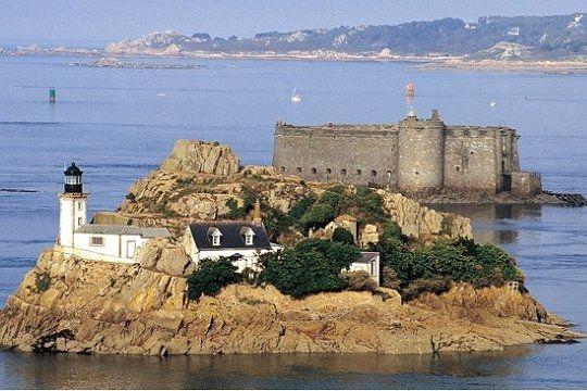 Les plus beaux #lighthouses -#phares de Bretagne Baie de Morlaix. L'Ile Louet et le Château du Taureau http://dennisharper.lnf.com/