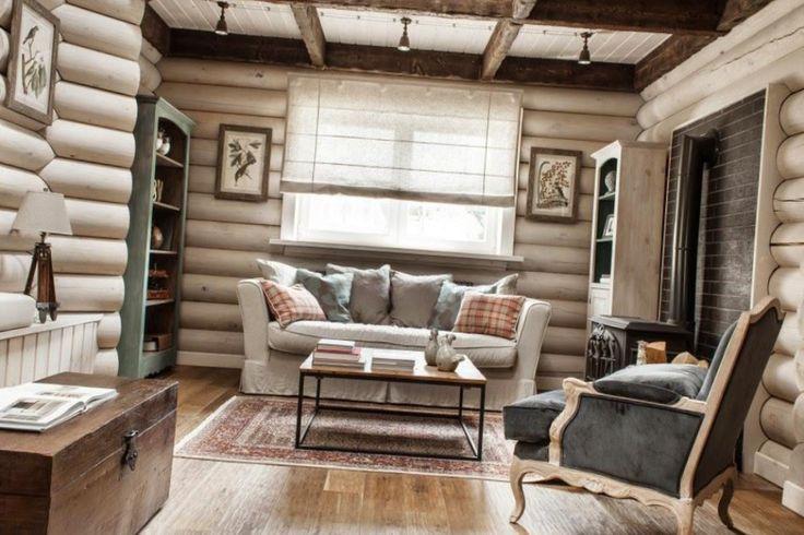Фото интерьера гостиной в деревянном доме с эко-тематикой. Паруса из белой ткани на потолке объединяют пространство условного коридора - из тамбура через