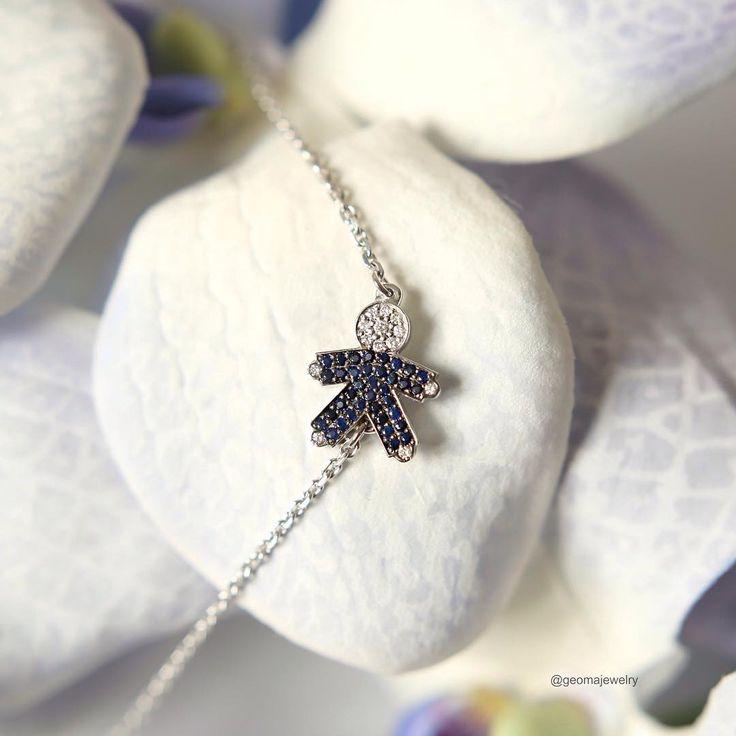 Белое золото, белые бриллианты и синие сапфиры. / White gold, white diamonds and blue sapphires.