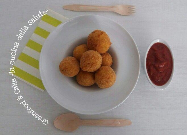 Mini arancini di riso con salsa di pomodoro al basilico http://blog.giallozafferano.it/greenfoodandcake/arancini-di-riso-con-salsa-di-pomodoro-al-basilico/