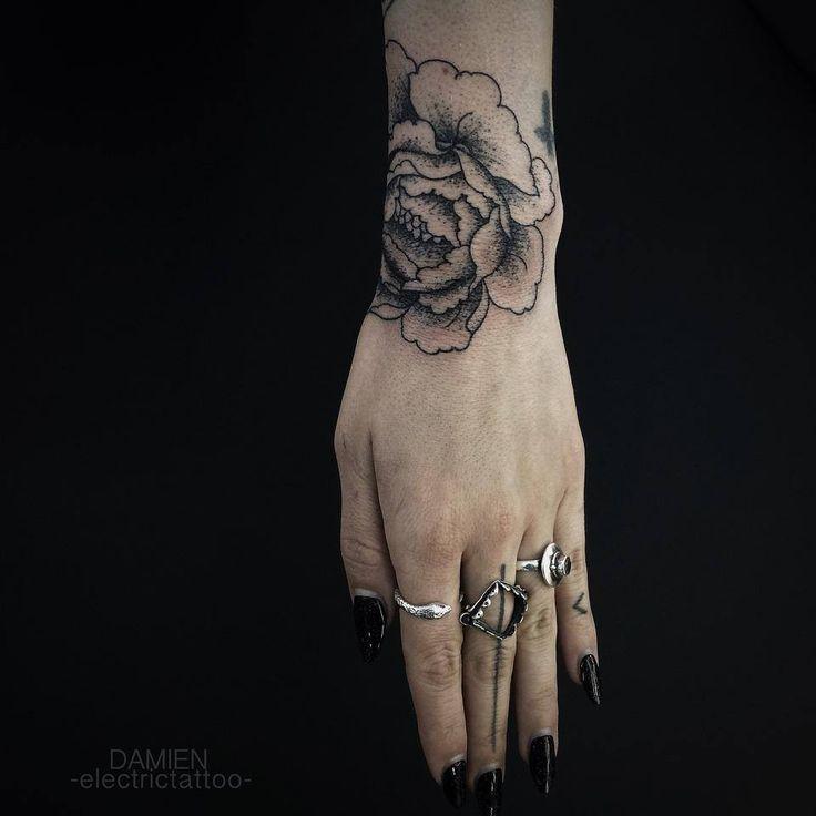 Tatouage Roses Dotwork sur Poignet pour Femme