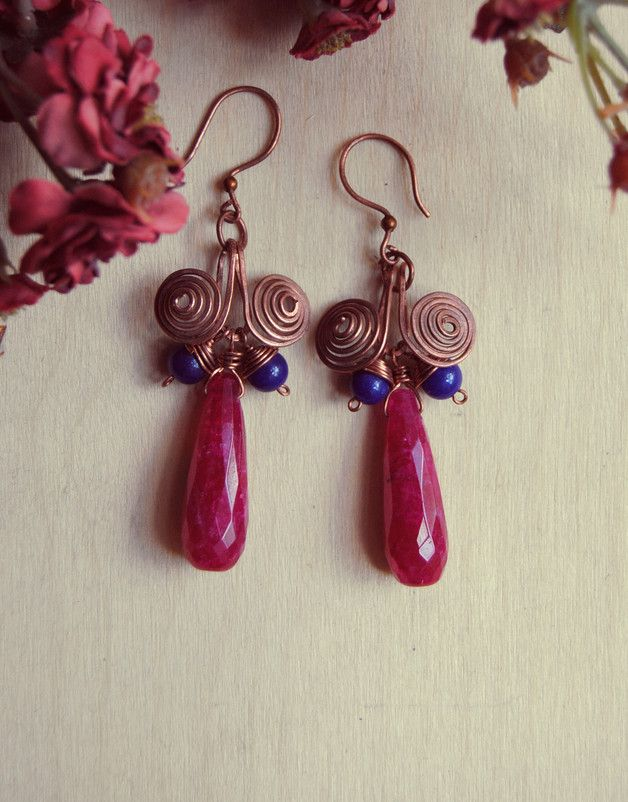 Orecchini pendenti in rame con un gioco a spirale che accoglie una goccia di granato fucsia, incorniciata da due lapislazzuli blu. - Hammered copper earrings with lapislazzuli and granate drop  #earrings #copper #hammered #handmade #jewels #gioielì