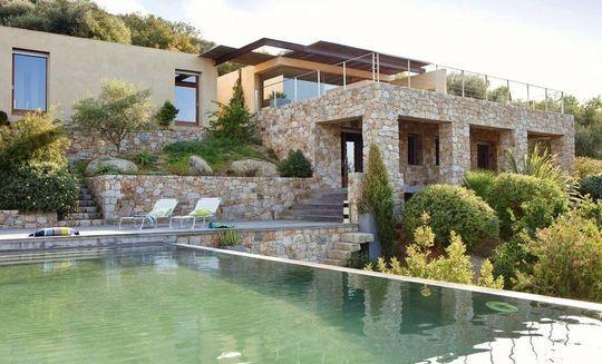 Cette propriété corse se décompose en plusieurs étages : de la piscine à débordement à la terrasse qui donne sur le jardin.