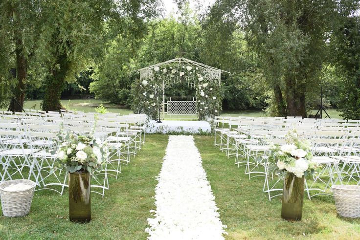Outdoor wedding ceremony in South West France, Bordeaux. Styling, planning and photo by www.awardweddings.fr