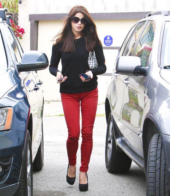 pull nero+jeans colorati+pumps nere