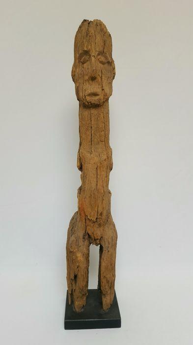 Groot ritueel voorouderbeeld - LOBI - Burkina Faso  Authentiek houten voorouderbeeld van de Lobi stam uit Burkina Faso. Het ritueel beeld vakkundig gesokkeld is nog in een redelijke conditie met een fraai ouderdom patine. De totale uitstraling van het beeld is goed bewaard gebleven. Mond ogen neus zijn duidelijk zichtbaar. Zo ook het stijlvolle postuur met lange romp en korte benen. Het beeld heeft duidelijk goed geleefd door de jaren heen.Een fraai object voor de verzamelaar van oude…