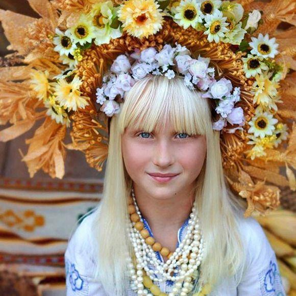 Las mujeres ucranianas vuelven a usar sus fantásticas coronas de flores