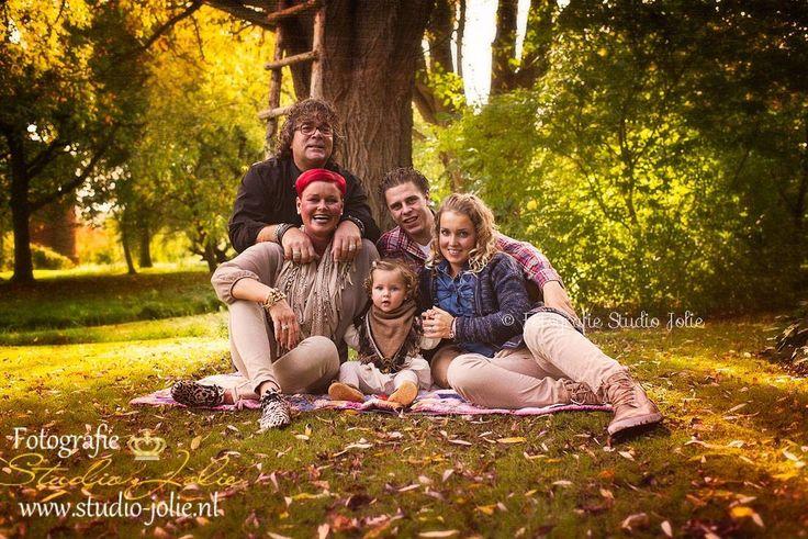 Familiefoto buiten in het bos. Familiefotoshoot buiten, #familiefotos #gezinsfotografie #herfst #familie #fotoshoot #gezin #buitenshoot #buitenfotoshoot #buitenreportage #familie