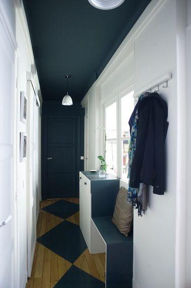 Dans ce couloir le bleu nuit joue le contraste avec le blanc pour réduire la profondeur de l'espace. - White and blue corridor