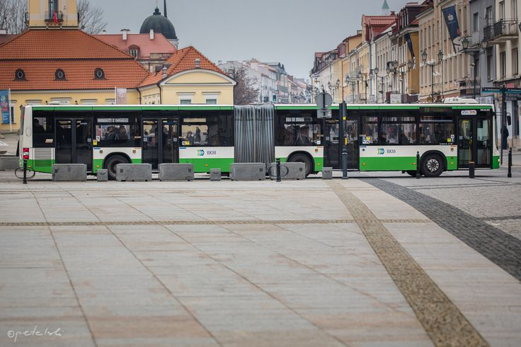 Jest takie miasto na B., gdzie autobusy są zielone. Zupełnie jak pobliska puszcza. Taki kolor – bliski naturze. Podobno uspokaja, a przebywanie wśród zieleni regeneruje siły witalne. Być może, ale mieszkańcy miasta B. i kierowcy tutejszej komunikacji miejskiej mają własne sposoby na osiągnięcie stanu szczęścia i równowagi.