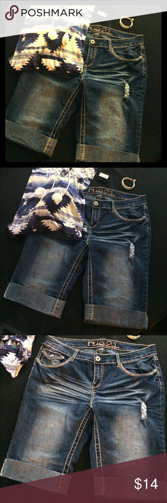 Rue 21 13/14 Curvy Jean shorts Rue 21 size 13/14 curvy- distressed Bermuda length Jean shorts Rue 21 Shorts Bermudas