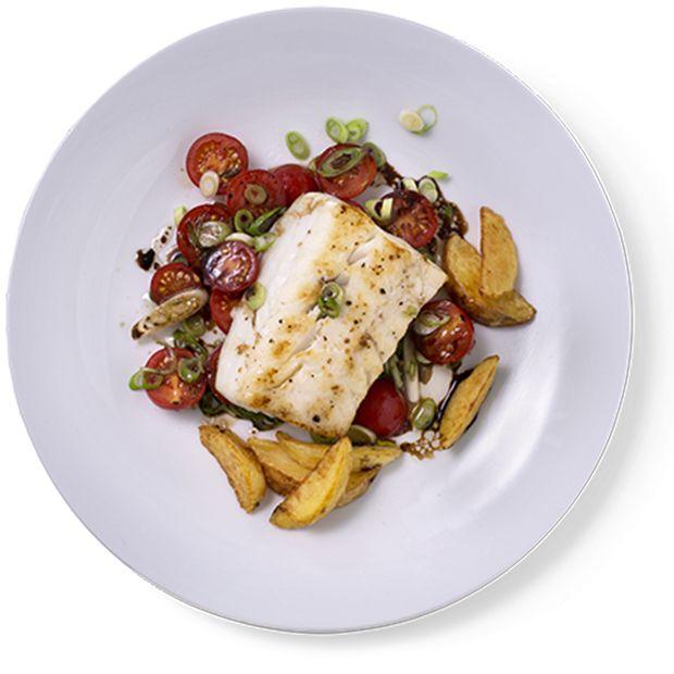 Stekt torsk med fargerik tomatsalat frisker opp på en grå hverdag. Oppskrift på stekt torsk med tomatsalat.