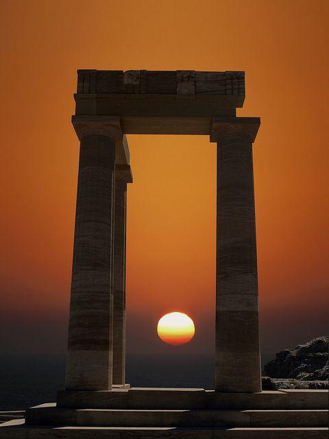 O templo dórico de Athena Lindia, que data de cerca de 300 aC, em Lindos, Ilha de Rodes, Grécia