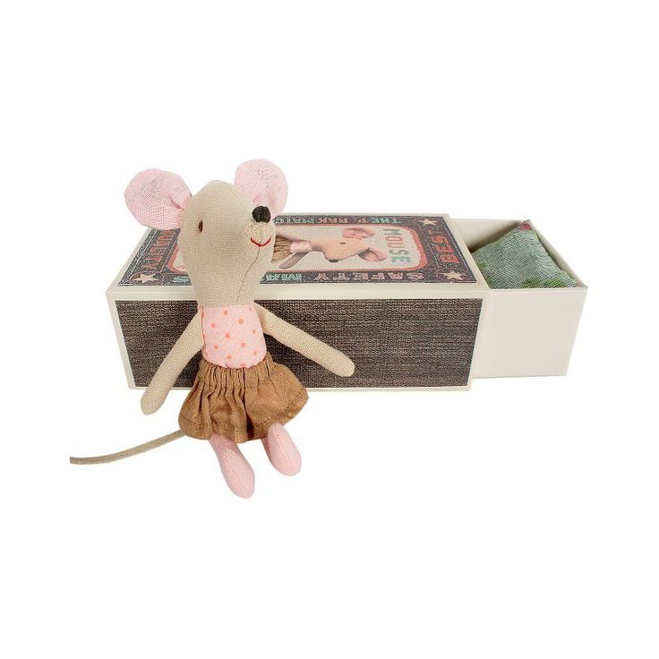 Een mooie muis met grote roze oren, een stralende glimlach en een bijpassende luciferdoos gevuld met kleurrijk beddengoed. http://www.shoppingsmall.nl/maileg-big-sister-mouse-in-box.html uit de winkel van Hebbes in Speelgoed http://www.shoppingsmall.nl/haarlemmerbuurt/hebbes-in-speelgoed