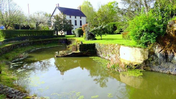 Jolie maison à vendre chez Capifrance à Montmarault.     > 216 m², 8 pièces, 6 chambres et un terrain de 8300 m².    Plus d'infos > Claude Guillet, conseiller immobilier Capifrance.