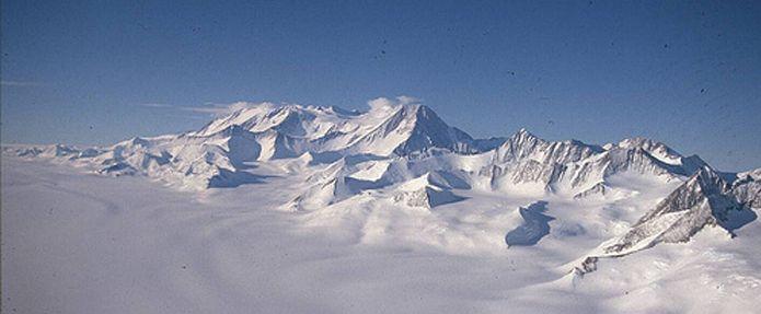 Mount Vinson antartida.    Es la montaña más alta del continente Antártico, tiene una elevación de 4.892 a 4.897 msnm. Se encuentra en la cordillera Sentinel. Fue descubierta en el año 1966, por Nicholas Clinch y su equipo.El macizo tiene unos 21 km de largo y 13 km de ancho.  Se encuentra en la cordillera Sentinel de las montañas Ellsworth, situado sobre el Banco de Hielo Ronne cerca de la base de la península Antártica. El extremo meridional del macizo lo corona el monte Craddock (4.650…