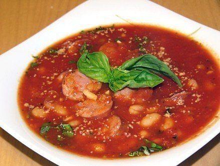 Фасолевый суп с колбасой на 4 порции: 1 луковица 100г шпика (бекона, панчетты) 1 охотничья колбаска 2 сосиски 1 банка томатов (800г, пюре, или в собственном соку) 1 банка белой фасоли (470г) 1 банка красной фасоли (250г) 1 пучок петрушки (я предпочитаю тимьян) соль, перец по вкусу