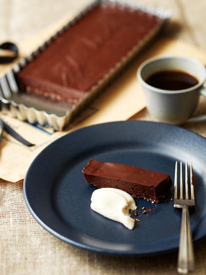 まるで生チョコレートを食べているかのよう! リッチでボリューミーなタルトは薄くスライスして、ロークリームと一緒にゆっくり味わって。カカオパウダーをトッピングしたり、酸味の効いたフルーツを添えても◎|『ELLE a table』はおしゃれで簡単なレシピが満載!