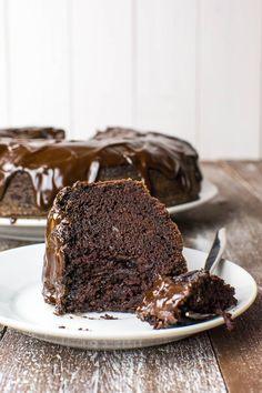 Saftiger Schoko-Kuchen mit Glasur {vegan} | Kaffee & Cupcakes #vegan #backen #rezept #schokolade #schokokuchen #schoko #zartbitterschokolade #rührteig #einfach #schnell #kuchen #glasur #ganache #kakao