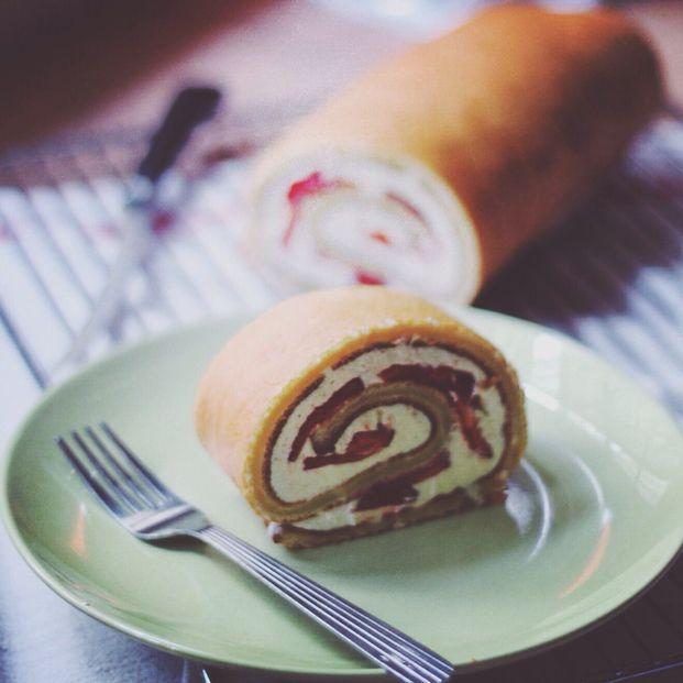 クリスマス前でケーキが恋しくなる今の時期は美味しい手作りロールケーキを彼にプレゼントしてみませんか?カジュアル感があって食べやすいので男性に大人気のスイーツです。ブッシュドノエルの練習用にもおすすめですよ。彼の舌を虜にできちゃう絶品レシピをご紹介します。