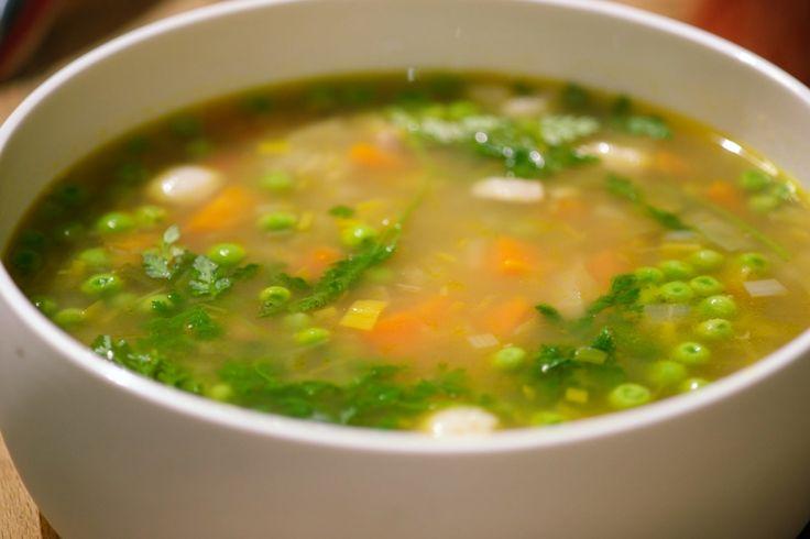 Deze soep roept voor Jeroen herinneringen op aan zijn grootouders. Zijn opa kuiste de groenten en oma maakte er soep van. Het wordt dus een klassieke grootmoedersoep met heel veel groenten. Door de witte bonen en de hamblokjes wordt het een volwaardige maaltijd.