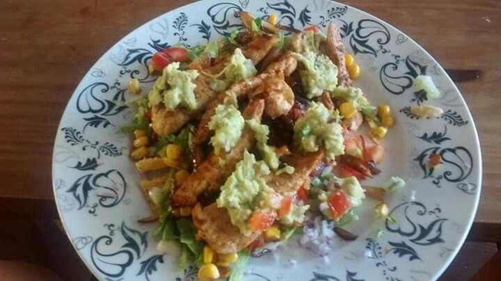 Taco's met gegrilde kip, tomaat, rode ui, mais en huisgemaakte guacamole!
