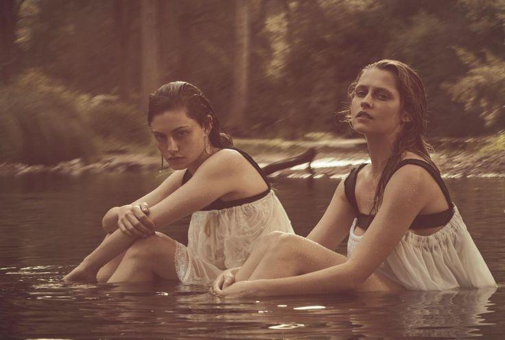 """Фиби Тонкин и Тереза Палмер в вариации """"Пикник у висячей скалы"""" для Vogue Australia 2015"""