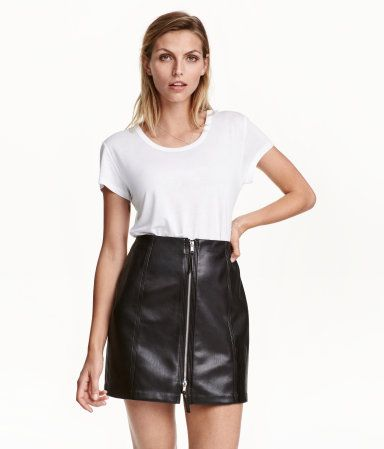Black. Short skirt in imitation leather with a zip at front. Unlined.