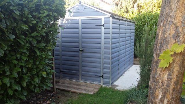 Un abri de jardin en résine #PVC installé en toute discrétion au coeur de son extérieur