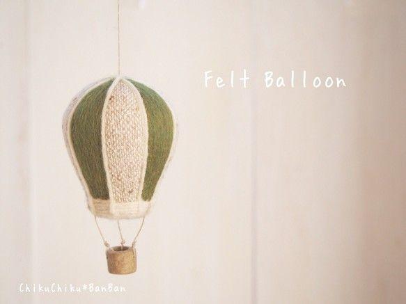 羊毛フェルトの気球こちらのカゴはオーブン陶土で焼きました。写真1枚目のグリーン×白ツイード以外は含まれません。