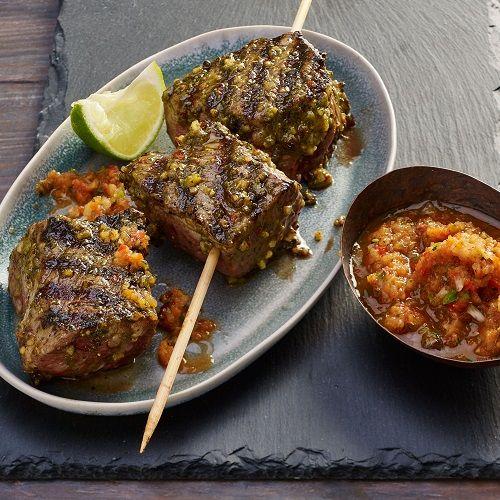 Êtes-vous prêt à vivre une expérience de fête brésilienne en cuisinant sur votre barbecue? Bien sûr! Les brochettes de viande brésiliennes sont populaires dans les churrascarias, restaurants de grillades du Brésil. Recréez ce mets dans votre cour. Marinez le porc et le bœuf dans ce mélange piquant d'ail et de coriandre. Enfilez la viande sur des brochettes, ...