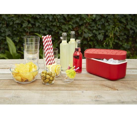 Lekue - Foremka do lodu i pudełko Ice Box, czerwone Pojemnik na lód marki Lekue może pomieścić aż 132 kostki lodu. Naczynie jest skonstruowane w taki sposób, aby jednocześnie przechowywać zamrożone kostki i mrozić kolejne.