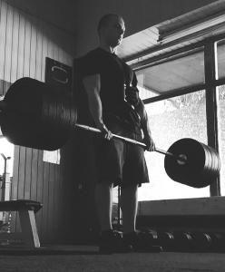 """Starting Strength - Mark Rippetoe - napisany w Artykuły - """"Trening"""": Starting Strength Mark RippetoePowszechnie uważa się, że plan ten jest przeznaczony dla nowicjuszy, którzy chcą poprawić swoje wyniki siłowe.Nie popełnij żadnego błędu. Najlepszy program siłowy sprawi, że będziesz silniejszy, ale nie większy. Podnoszenie ciężarów nie zrobi z ciebie byka, tylko jedzenie uczyni cię większym. Jeśli będziesz jadł tony kalorii bez treningu - staniesz się gruby. Natomiast jeśli będziesz..."""