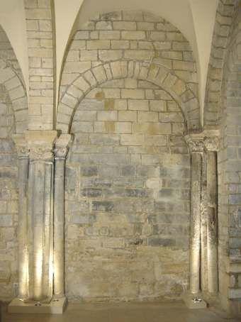 19, rue des Ursins Ile de la Cité Paris 75004. Restes de la Chapelle Saint-Aignan. Fondée en 1116 par l'archidiacre de Paris Etienne de Garlande, elle était dédiée à Saint Aignan Evêque d'Orléans (358-453 ?) qui fut une figure résistante de cette ville devant Attila.