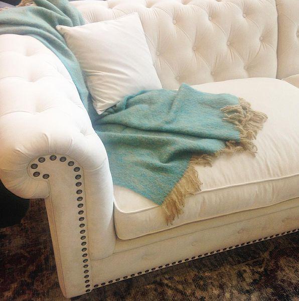 Krämvit Buffeln chesterfieldsoffa. Chesterfield, sammet, soffa, nitar, vit, beige, möbler, inredning, djup, vardagsrum, djuphäftad, mohair, filt, pläd, grön, melerad, vintage, matta. http://sweef.se/sweef-lyx/457-buffeln-soffa-chesterfield.html